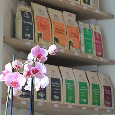 Orchidée et thé sur étagère